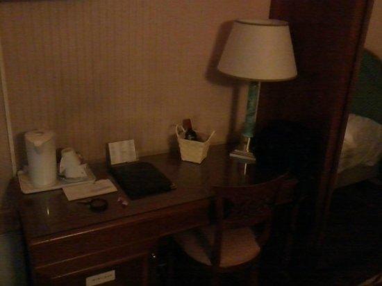 Hotel Panama : Angolo scrivania con boiler-teiera