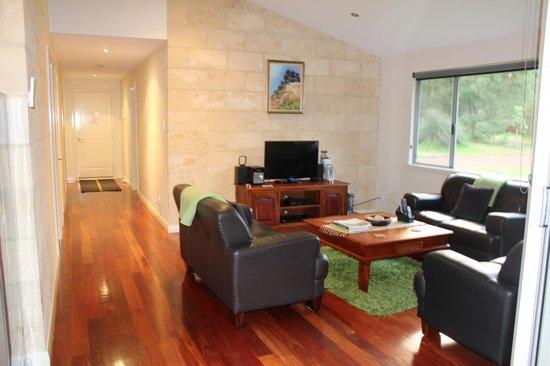 Acacia Chalets Margaret River: Lounge room