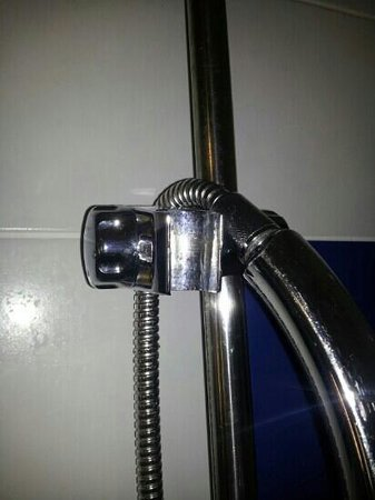 Radisson Blu Hotel, Letterkenny : cracked shower clamp