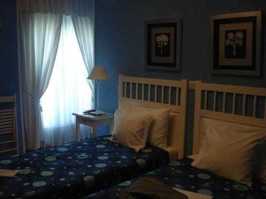 Hostal Adriano: hermosa habitación, silenciosa y con vista a la calle