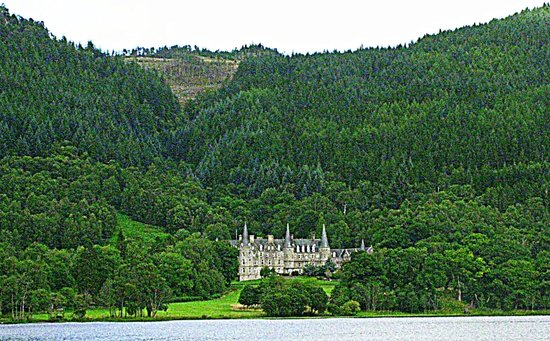 The Hairy Coo - Free Scottish Highlands Tour: Trossachs Hotel on the banks of Loch Achray