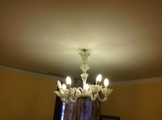 Hotel Malibran: Light hanging by wires2