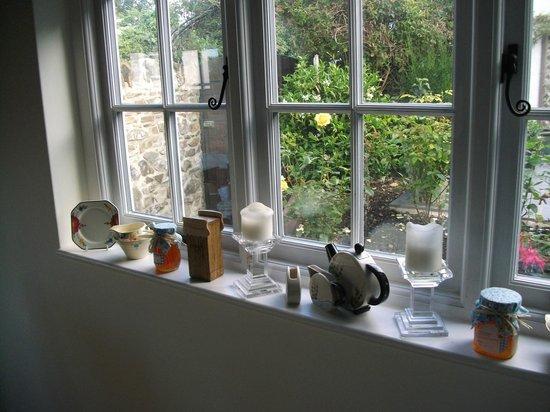 Honeysuckle Cottage Bed & Breakfast: Wonderful views from rhe windows