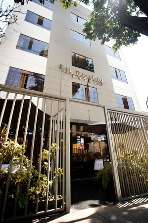 El Farolito Hotel: Front House