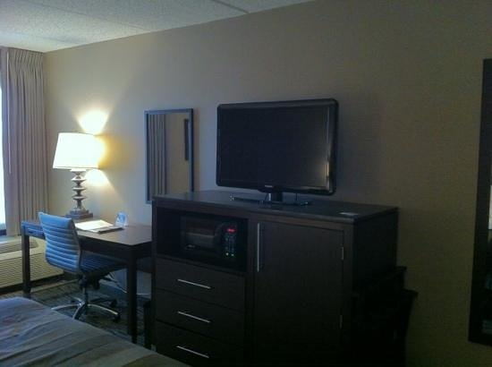 Wingate by Wyndham Los Angeles International Airport LAX: desk, fridge, and microwave