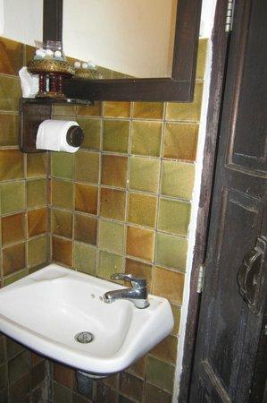 Sathu Boutique House: Lavabo sin sitio para dejar un cepillo