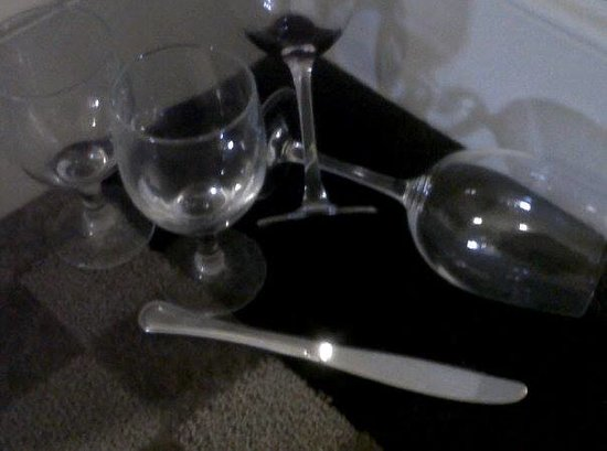 Hilton Santa Clara: Dirty wine glasses outside the door.