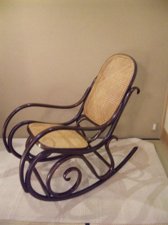 Araya Totoan: chair in the bedroom, although they placed the protection for tatami, it did not look bad