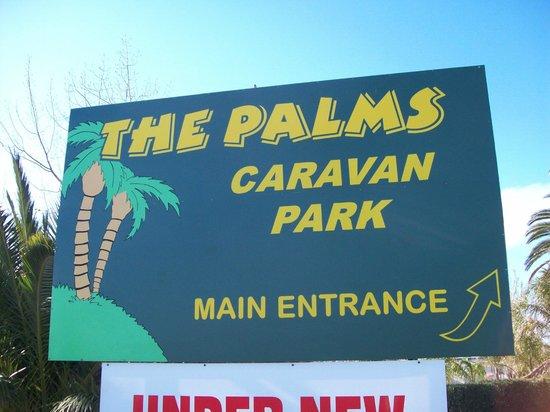 The Palms Caravan Park: Entrance to the park