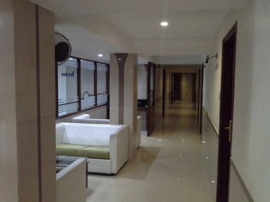 Hotel Prime: passage leading to rooms