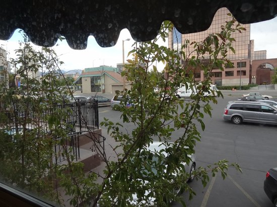 North Temple Inn: Looking out toward N.Temple street