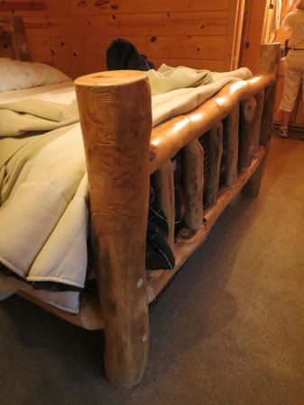 Frontier Cabins Motel: log bed