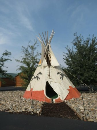 Frontier Cabins Motel: play teepee