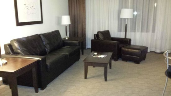 Place Louis Riel Suite Hotel: The living room area
