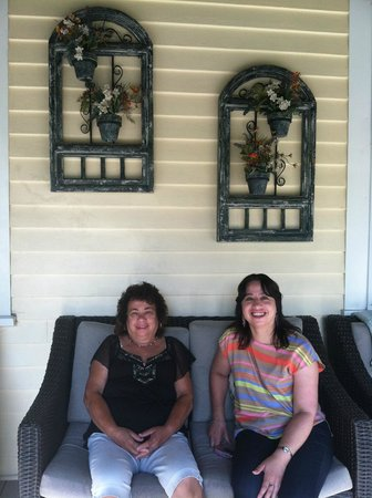 Armistead Cottage: comfy front porch