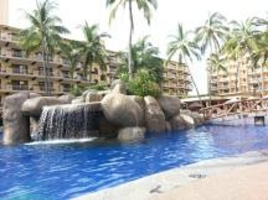 Villa del Palmar Beach Resort & Spa: Pool showing swim up bar with bridge int he bkground