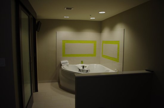 SpringHill Suites Toronto Vaughan : Jacuzzi Tub in Room