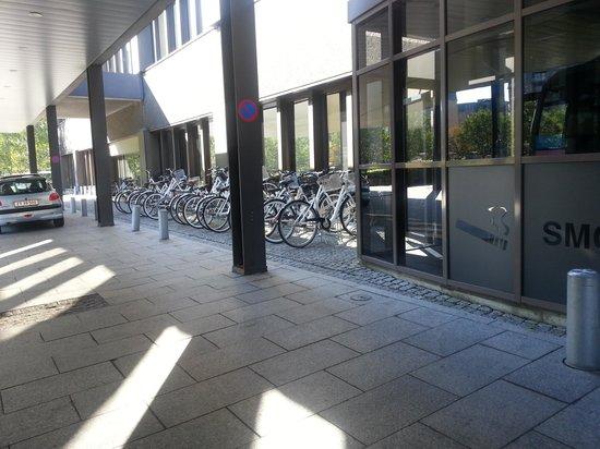 Radisson Blu Royal Hotel Copenhagen: bicicletero en la entrada