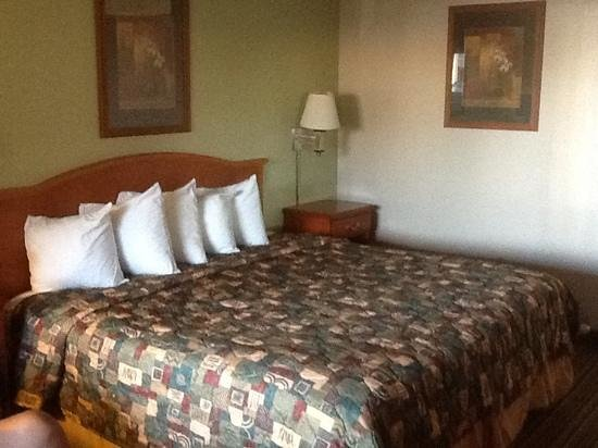 Days Inn Roswell: King size Bed-accessible room