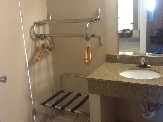 Days Inn Roswell: vanity sink with granite counters separate from bathroom