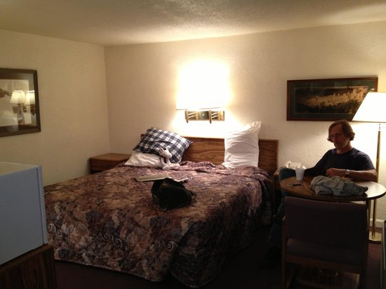 Tomahawk Lodge: King size bed