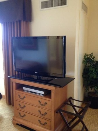 Homewood Suites by Hilton @ The Waterfront: TV swivels so you can watch in bed,at the desk, or at the table Wichita Homewood Suites