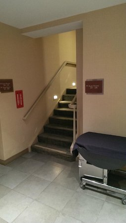 DoubleTree by Hilton Hotel Boston North Shore: Secret stairwell to Family Suite (hard to find)