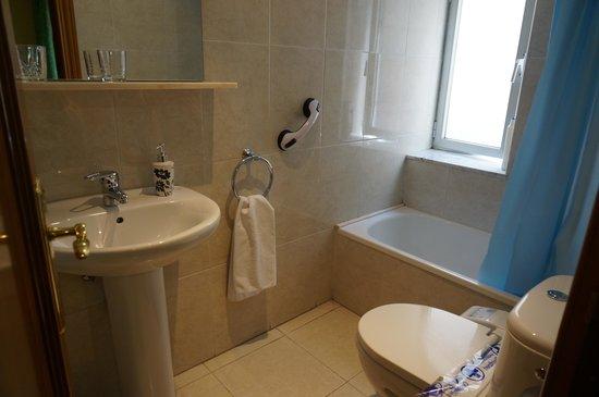Hotel Gabriel y Galan: 浴室