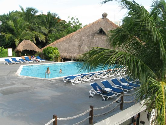 Casa del Mar Cozumel Hotel & Dive Resort: Pool with bar and restaurant on far side
