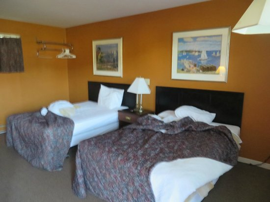 Gables Motel: beds with one shared light and no clock