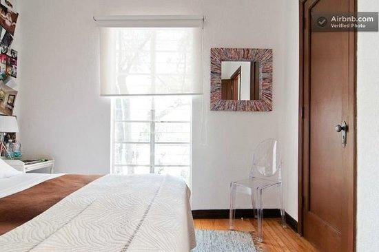 Distrito Condesa: Queen size bed & small Balcony