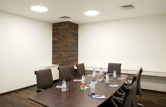 Springs Hotel & Spa: Crest board room