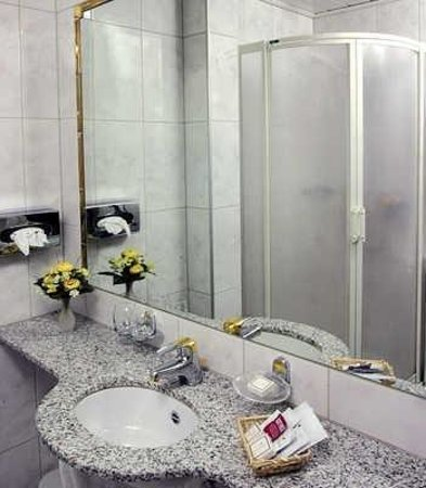 Central Hotel: Bathroom