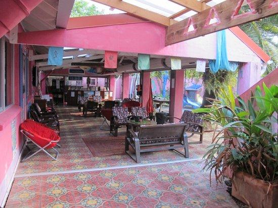 Dolphins Beach House: communal area
