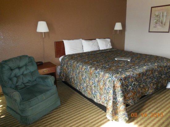 Econo Lodge: King sized bed