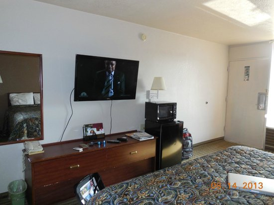 Econo Lodge: Nice big wall mounted flat screen TV