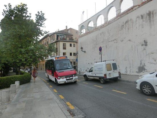 HOTEL CASA MORISCA: 近くを通るミニバス