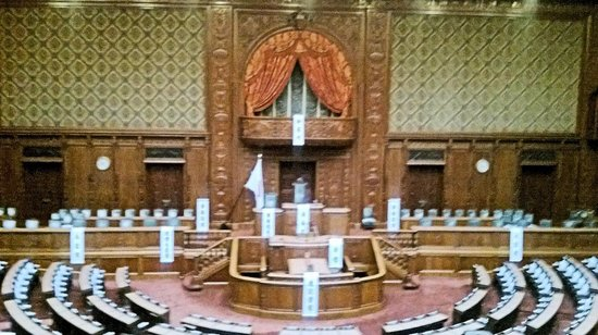 National Diet Building: わかりやすく議長席とか大臣席と張り紙されていました