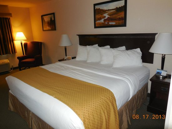 Quality Inn & Suites Laramie : King size bed