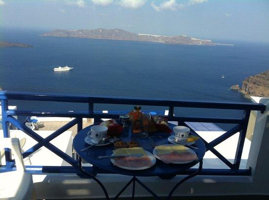Gaby Apartments: Petit-déjeuner sur la terrasse