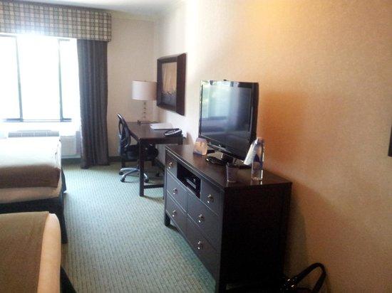 Holiday Inn Express Puyallup (Tacoma Area): TV and desk area