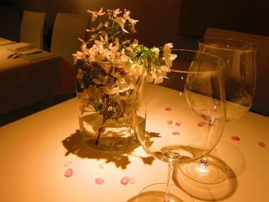 La Maison Courtine: Cherry blossom on the table