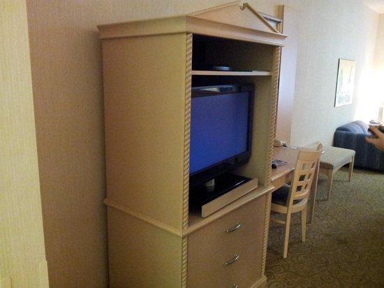 Shilo Inn Suites Hotel - Portland Airport: TV and desk area