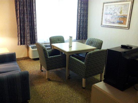 Shilo Inn Suites Hotel - Portland Airport: Living room area