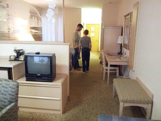 Shilo Inn Suites Hotel - Portland Airport: Looking through to doorway