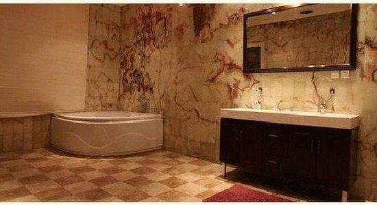 Boudl Hera'a: Bathroom