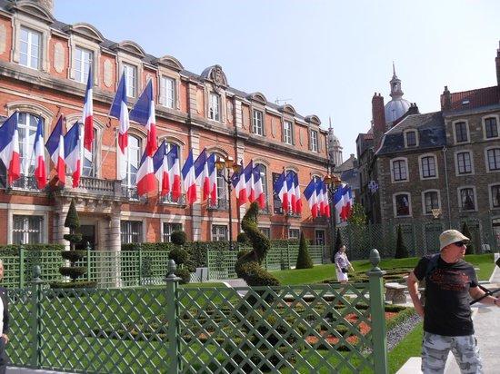 Chambres d'Hotes les Terrasses de l'Enclos: Town Hall