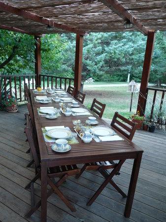 Les Eaux Tranquilles: petit-déjeuner en terrasse très agréable