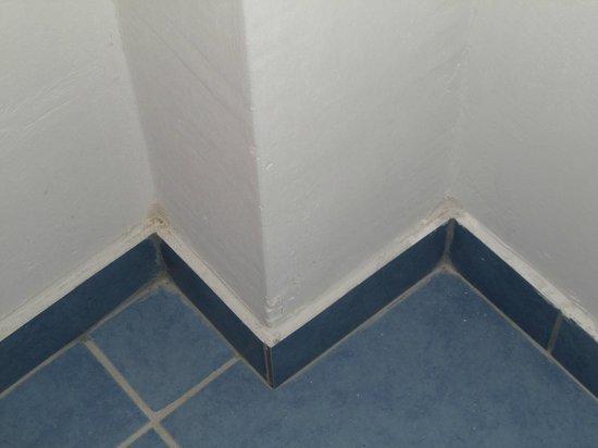 Hotel Total: polvere e sporcizia negli angoli della stanza. Ma a quando risale l'ultima pulizia.