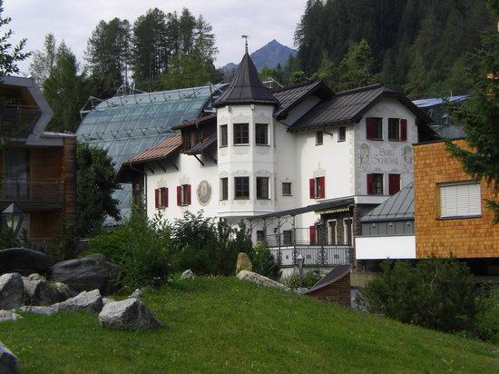 Skihotel Galzig: links das Hotel dahinter das gläserne ist die Galzigbahn